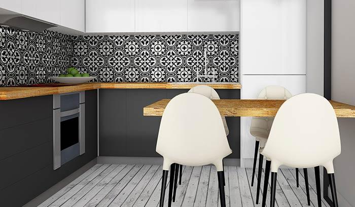 cozinha com ladrilhos hidraúlicos e piso de madeira