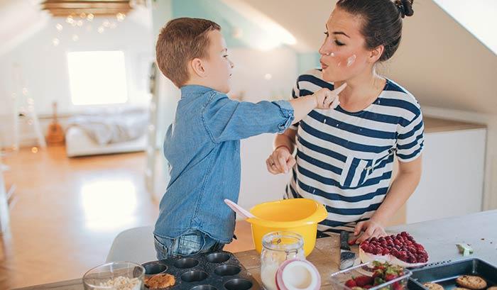 Mãe e filho cozinhando