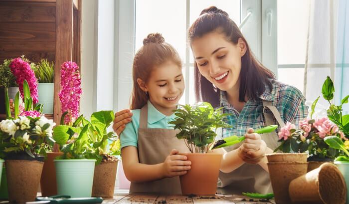 Mãe e filho cuidando de plantas
