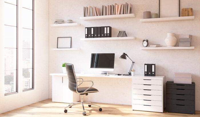Mesa de escritório com estante e bicicleta ao fundo