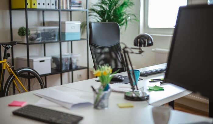 Mesa de escritório com gaveteiros e algumas prateleiras