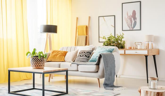 sala de estar com cortinas amarelas