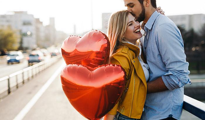 Casal de namorados com balão de coração